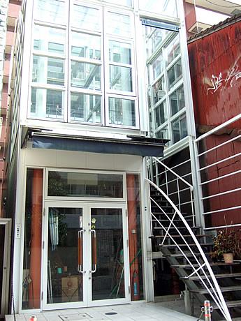 大名に婚活バー「SINGLES BAR PEACE」(ビルの2階)がオープン