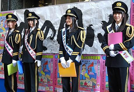 福岡市を拠点に活動するグループ「HKT48」のメンバーが一日消防署長に就任