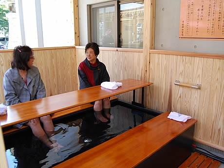 警固神社に足湯が設置、参拝客の憩いの場に