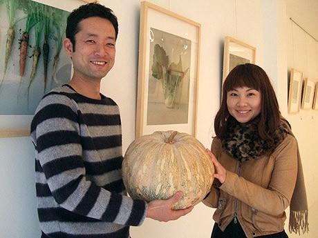 カメラマン・山田圭さん(左)と野菜ソムリエの古金陽子さん