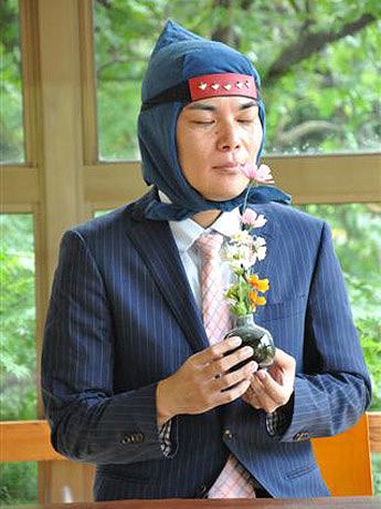 忍者頭巾とスーツ姿が目印の「サラ忍マン」