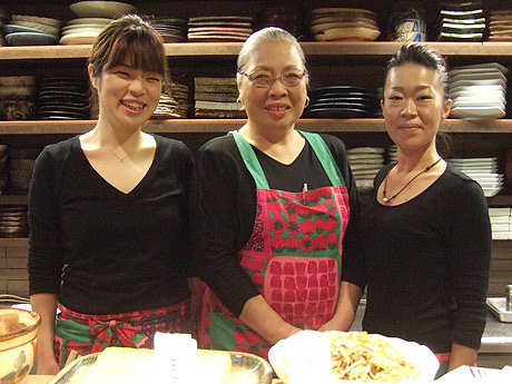 店を切り盛りする若おかみ・菊池睦さん(左)ら女性陣