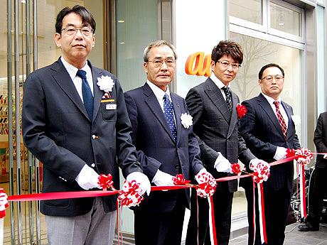 店舗前ではオープニングセレモニーが行われ哀川翔さん(中央右)が出席