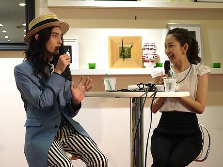 ゲストの栗原類さん(左)とMCの中上真亜子さん