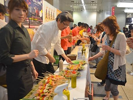 福岡市内各所で飲食店のはしごイベント「バルウォーク福岡」が開催(以前のオープニングイベントの様子)