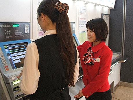 西鉄、福岡駅に外国語案内スタッフの通年配置を開始