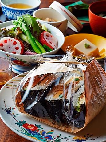 「日本料理 千羽鶴」の「さがびよりでおにぎらずセット」