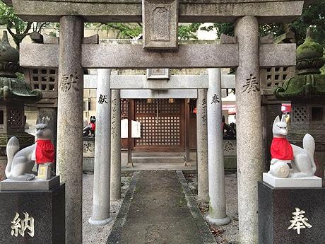 警固神社境内の今益稲荷神社で今年4月に壊されたキツネ像が復元