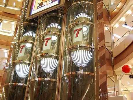 イムズのエレベーターが「巨大スロット」に変身