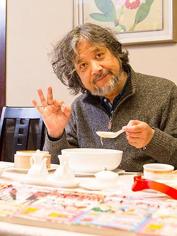 ホテルで試食する漫画「クッキングパパ」の作者・うえやまとちさん