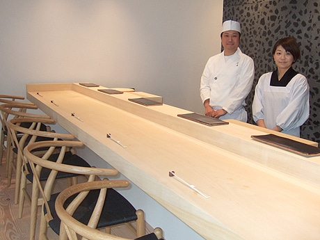 「すし六香」店主の上田寛子さん(右)と二朗さん