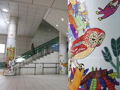 福岡市地下鉄薬院駅構内に展示している「柱巻きアート」