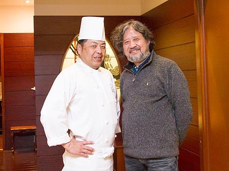 中国料理「桃林」の木村浩料理長(左)と作者・うえやまとちさん