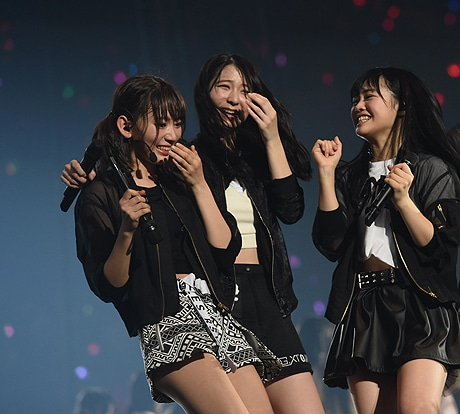 新劇場発表に驚く宮脇咲良さん(左)らHKT48メンバー  ©AKS