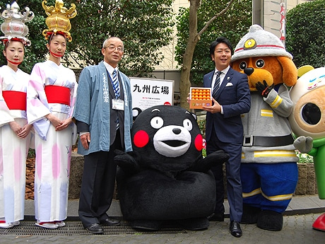 福岡市役所北側「九州広場」の看板除幕式にくまモンらが駆け付けた
