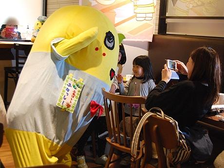 福岡パルコの「ふなっしーCafe」にサプライズで「ふなっしー」が登場