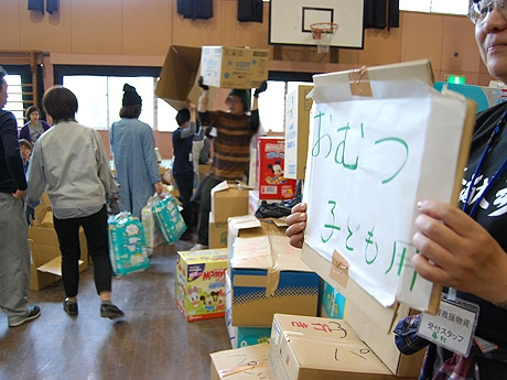 物資受け入れ場所の旧大名小に続々と支援物資を運んでくる市民ら