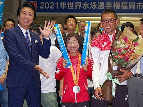 (左から)高島宗一郎市長、道下美里さん、伴走・堀内規生さん