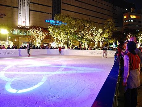 イルミネーションが輝く警固公園の中央にはアイススケートリンクが登場