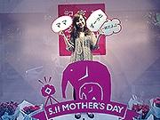 岩田屋ショーウインドーの中で記念写真 母の日限定フォト企画