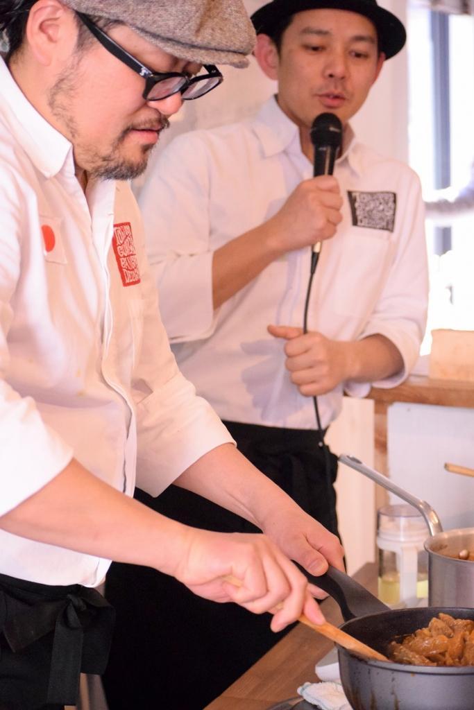料理集団「東京カリ~番長」の水野仁輔さん(右)と伊藤盛さん
