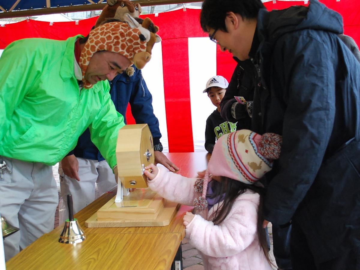 今年の「新春福引大会」の様子(福岡市動物園提供)