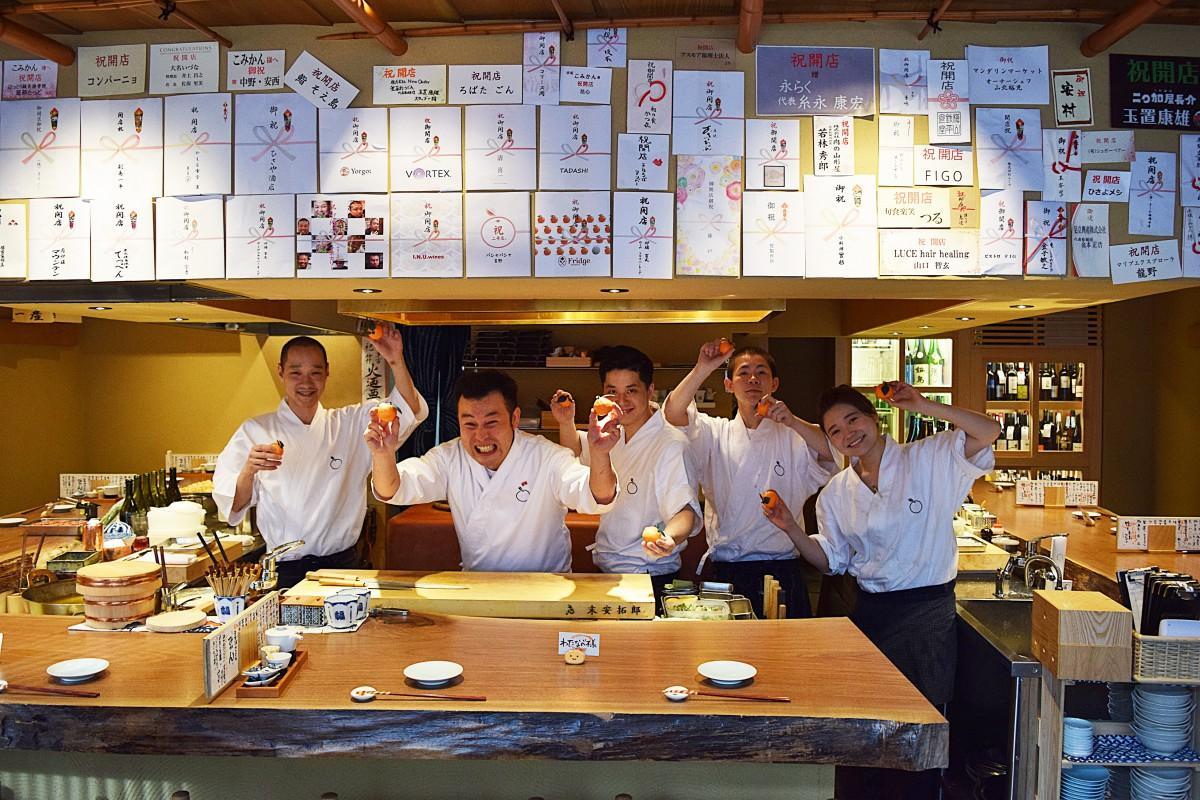 店内の様子、大将の末安拓郎さん(左から2番目)