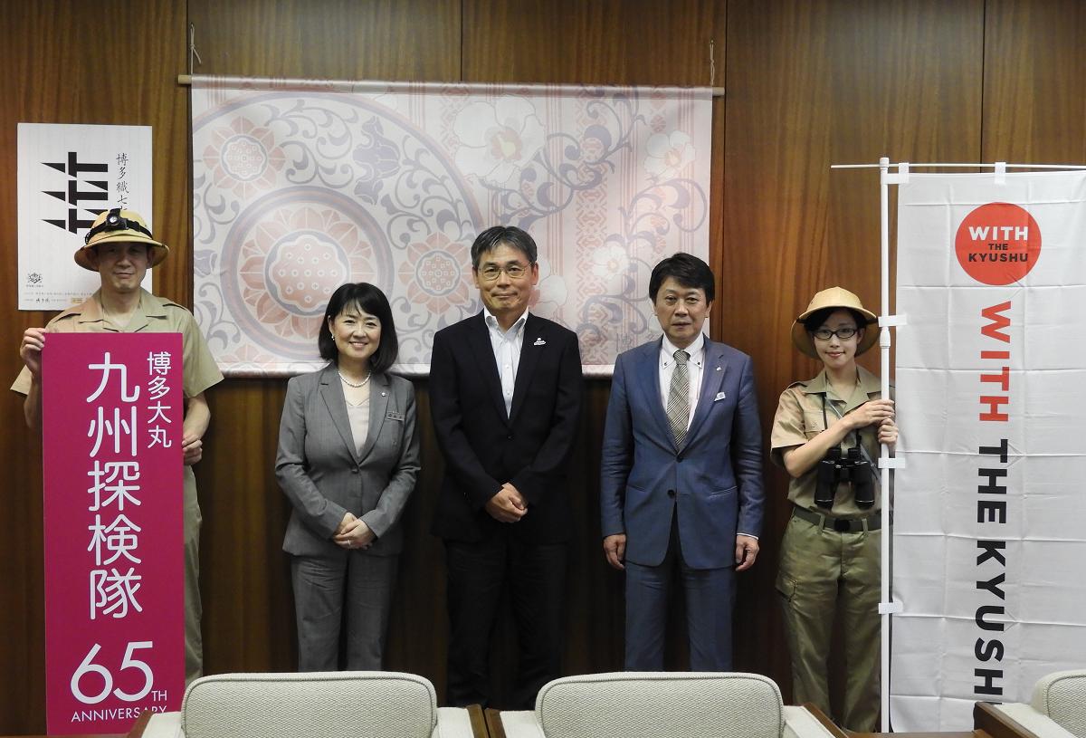 貞刈副市長(中央)と博多大丸の柚木社長(左から2人目)