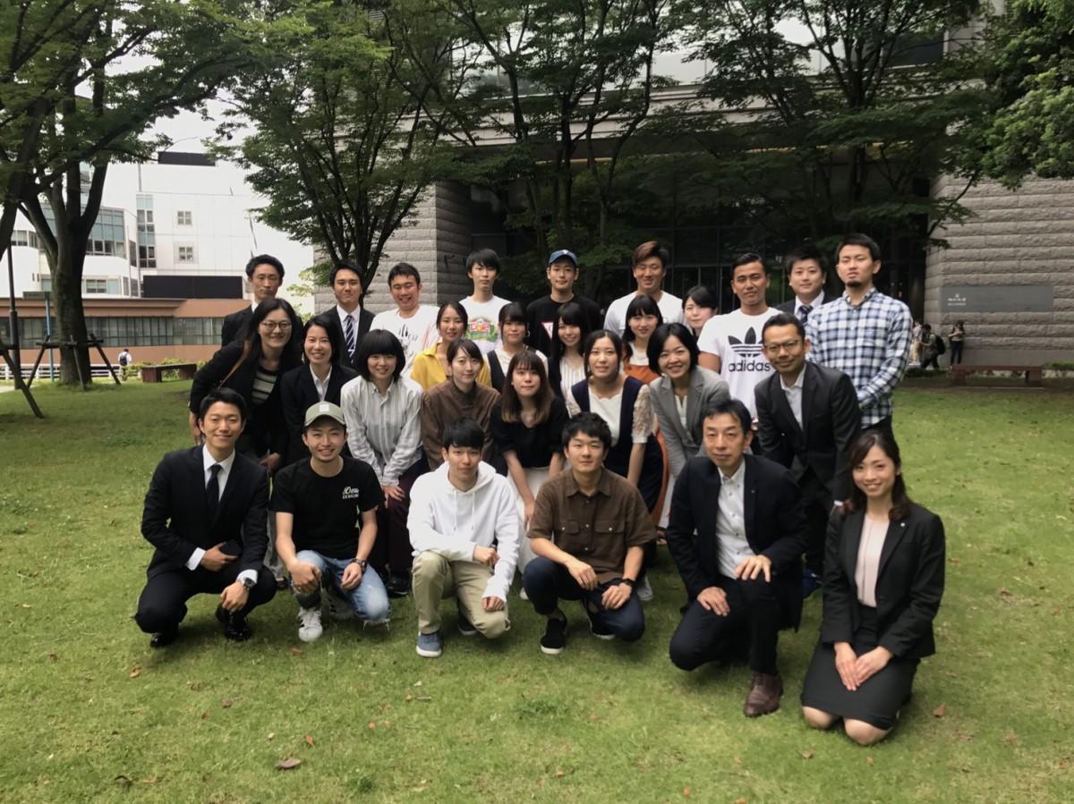 イベントメンバーの福岡大学学生と福岡銀行行員