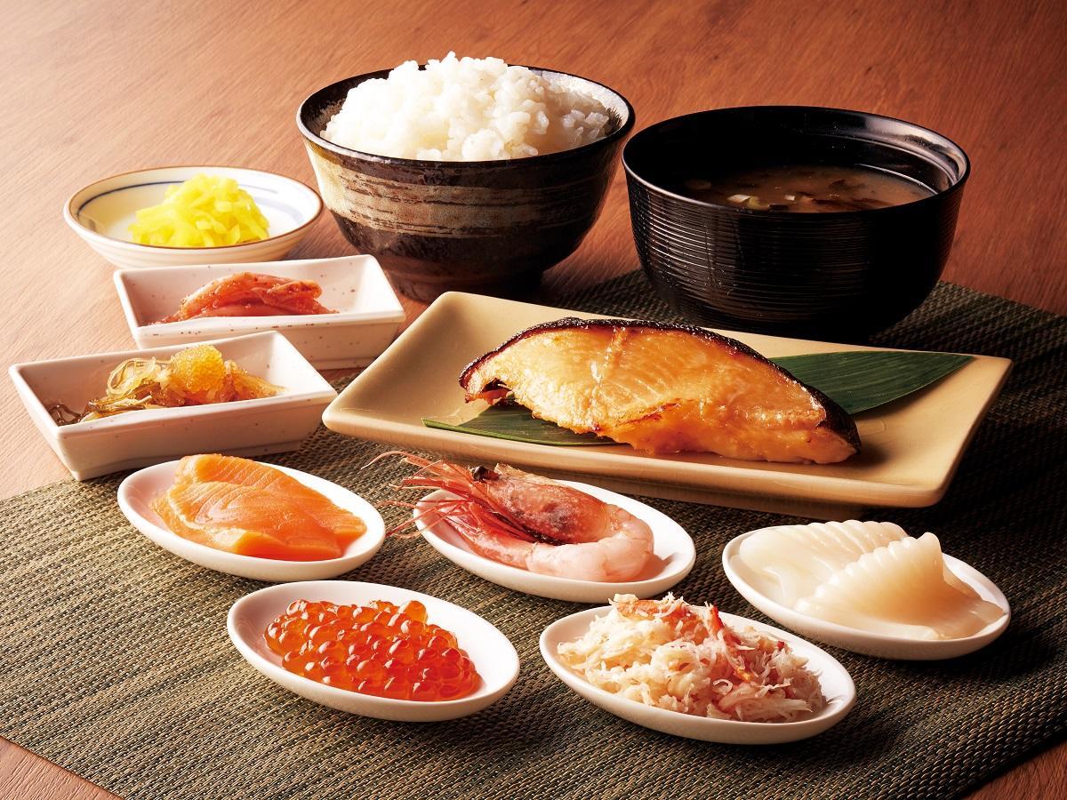 「すずや食堂」の「海鮮のっけ盛り定食」