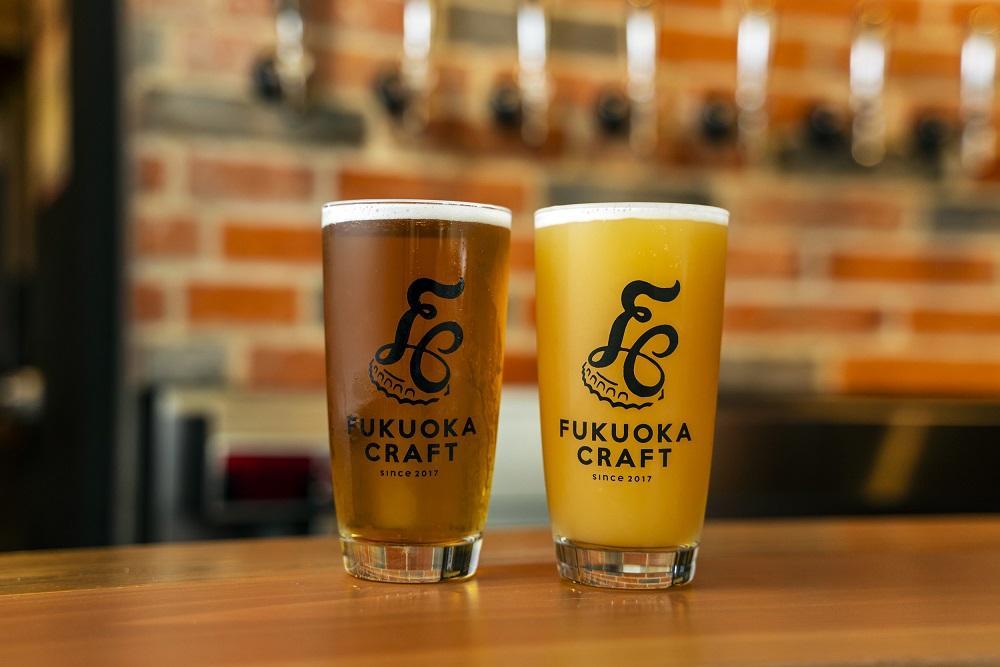 「FUKUOKA CRAFT」のオリジナルクラフトビール「ペールエール」(左)と「ヘイジーIPA」
