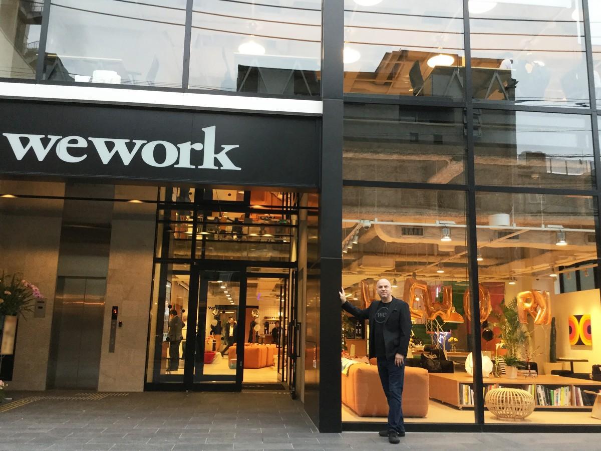 「WeWork Japan」CEOのクリス・ヒルさんと外観の様子