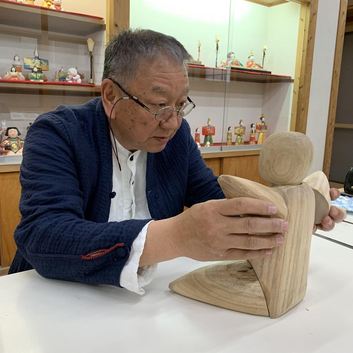 中村信喬さんと新元号記念の木彫作品「這子(ほうこ)」