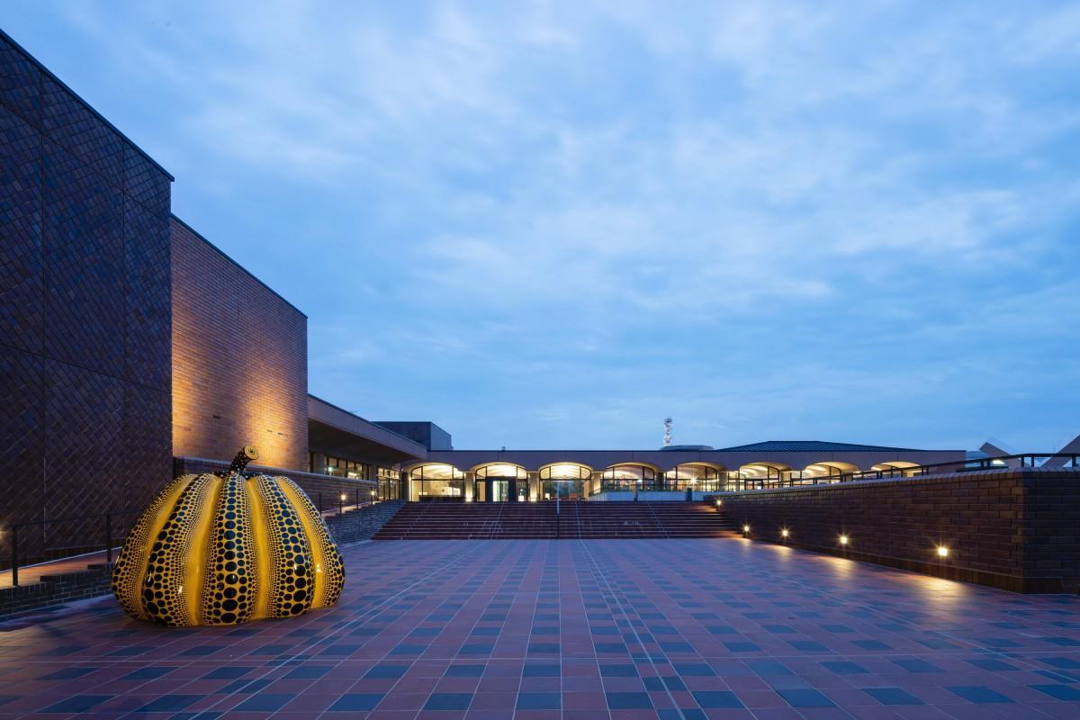 2階エスプラナード(屋外広場)の夜景(撮影:エスエス上田新一郎)