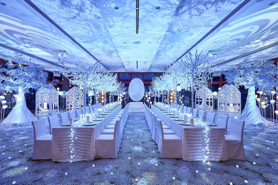 「純白の森」を演出した披露宴会場