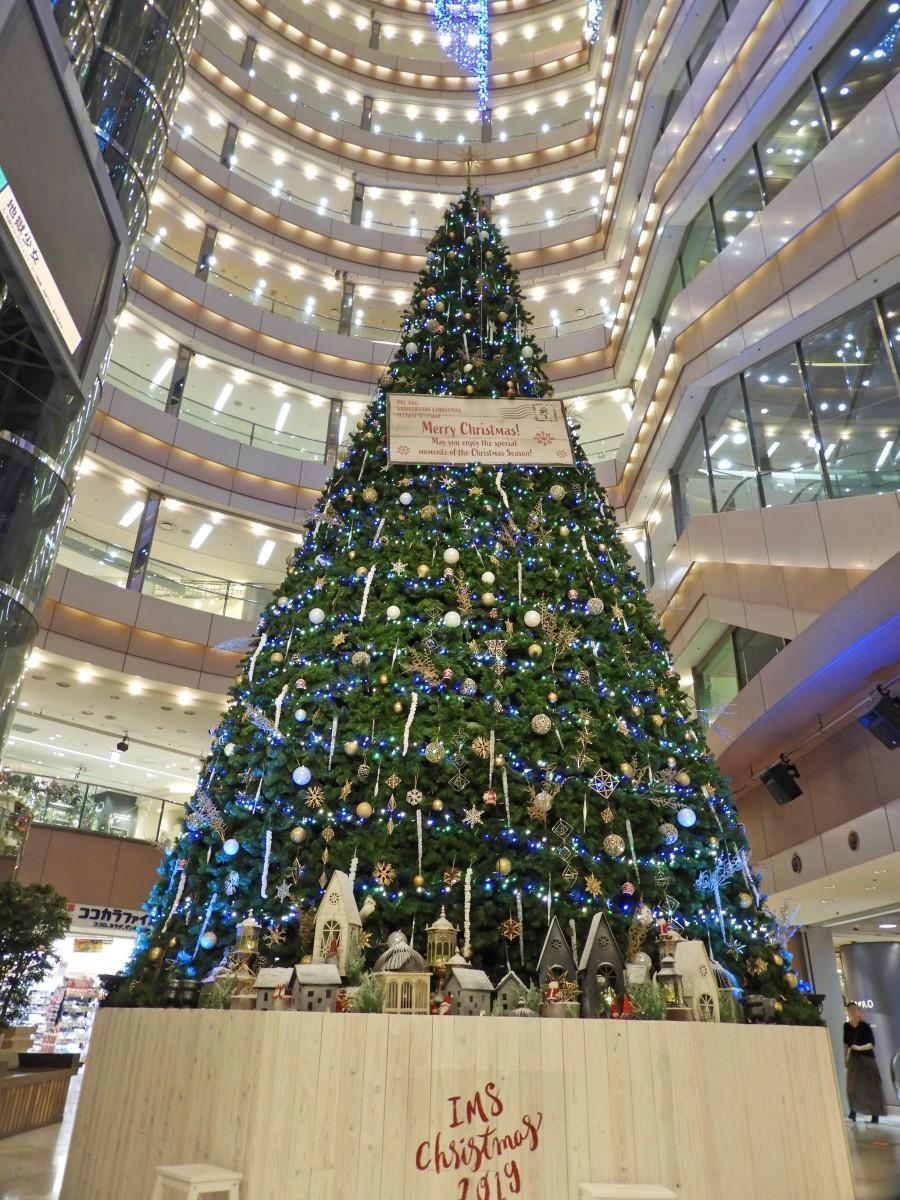 約12メートルのビッグクリスマスツリー