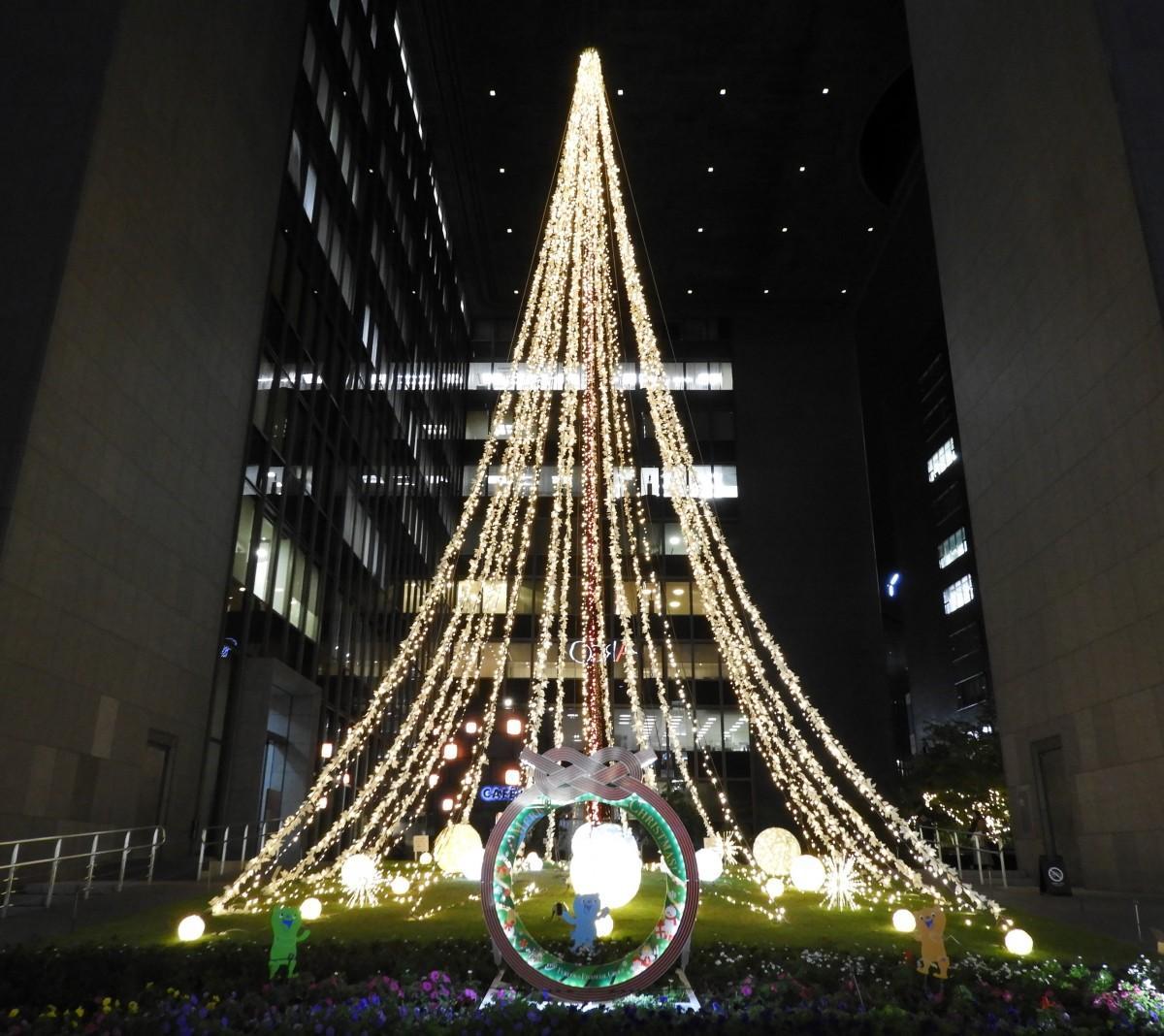 冬のイルミネーションが輝く「ふくぎん本店広場」