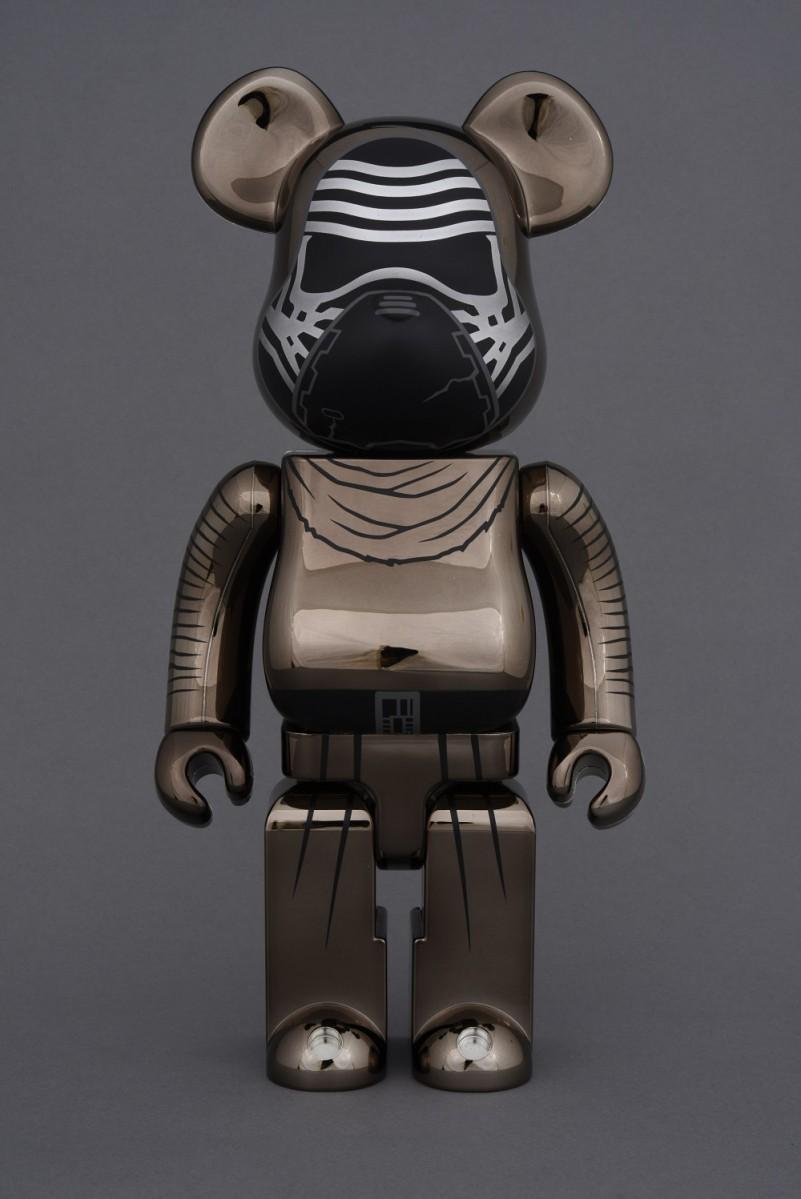 会場限定商品「BE@RBRICK KYLO REN 100% & 400%(CHROME Ver.)」© & TM Lucasfilm Ltd.