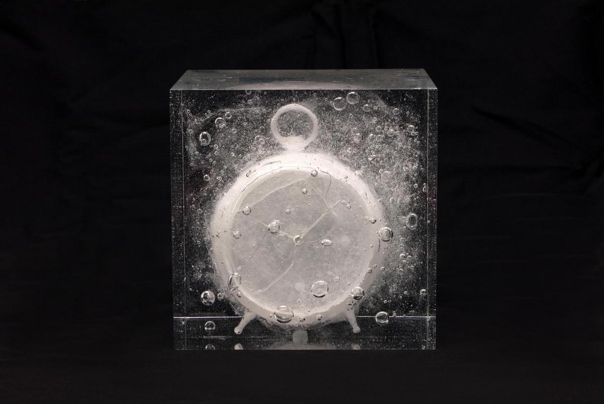 宮永愛子《waiting awakening -clock-》2018 ナフタリン、樹脂、ミクストメディア16.5×16.5×14.5cm © MIYANAGA Aiko, Courtesy of Mizuma Art Gallery