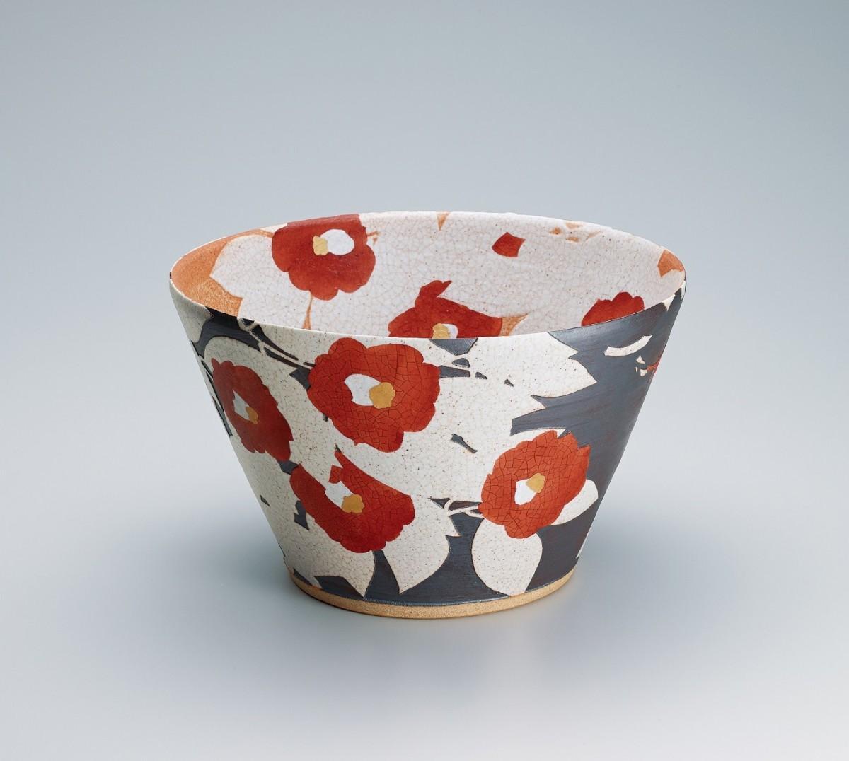 日本工芸会総裁賞を受賞した望月集さんの陶芸作品「椿」