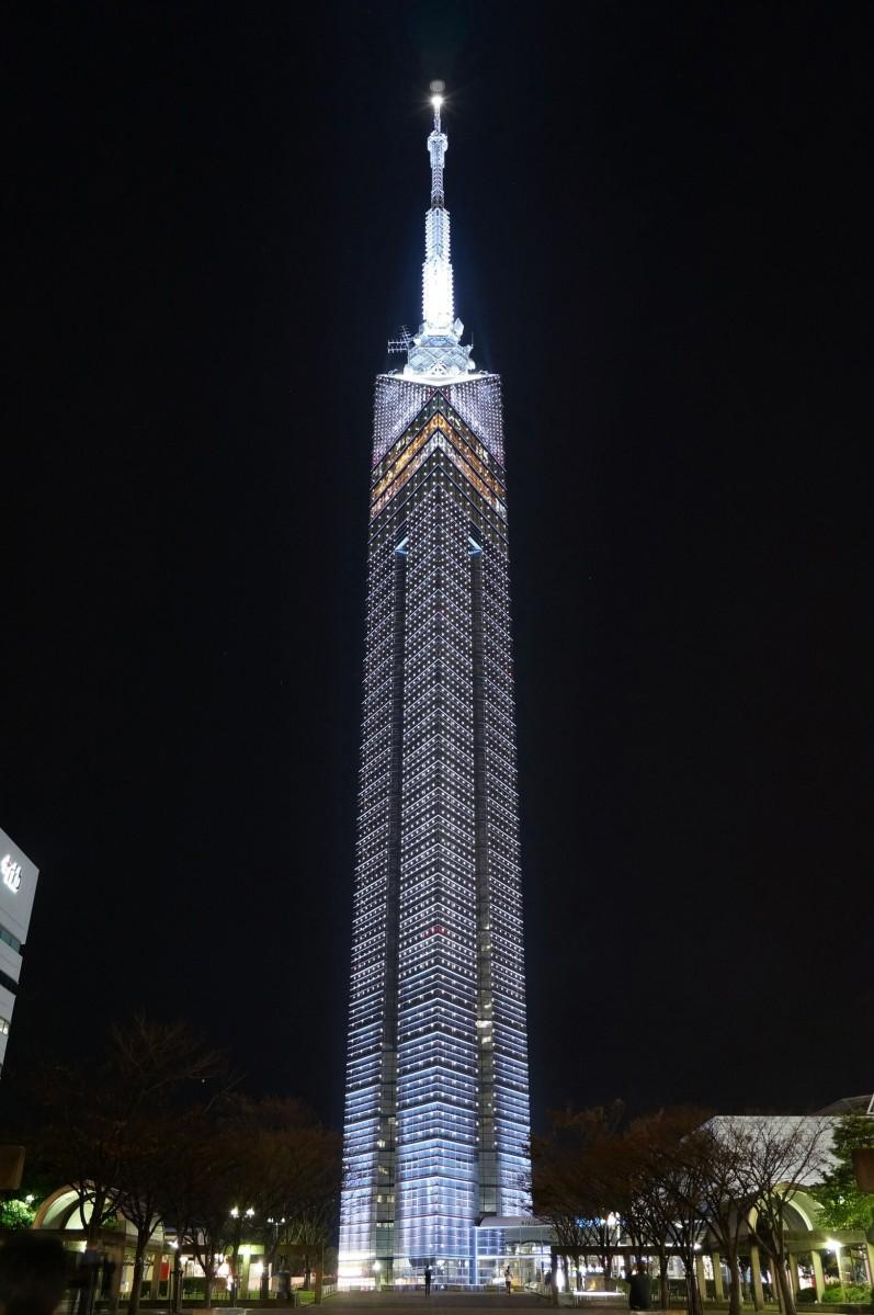 福岡タワー「ホワイトイルミネーション」点灯の様子