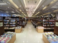 ジュンク堂書店福岡店が天神・西通りに移転 「オンガスジシマドジョウ」の親子も展示