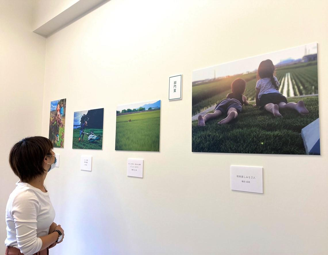 「草の日フォトコンテスト」入選作品フォトパネル展の様子