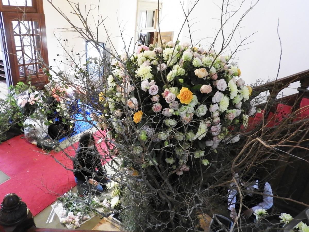 貴賓館1階で、花の装飾を行う様子