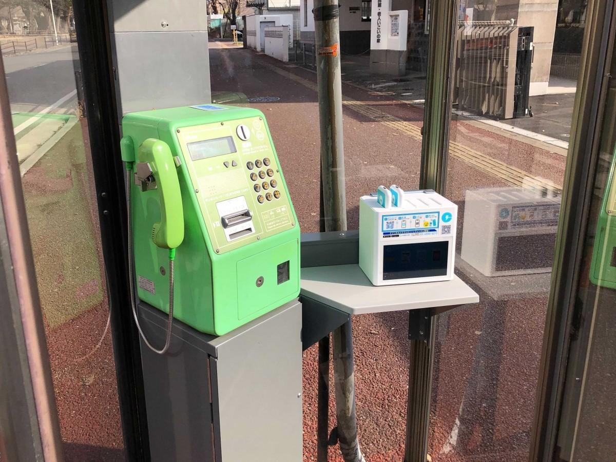 「ChargeSPOT」が設置された公衆電話ボックス
