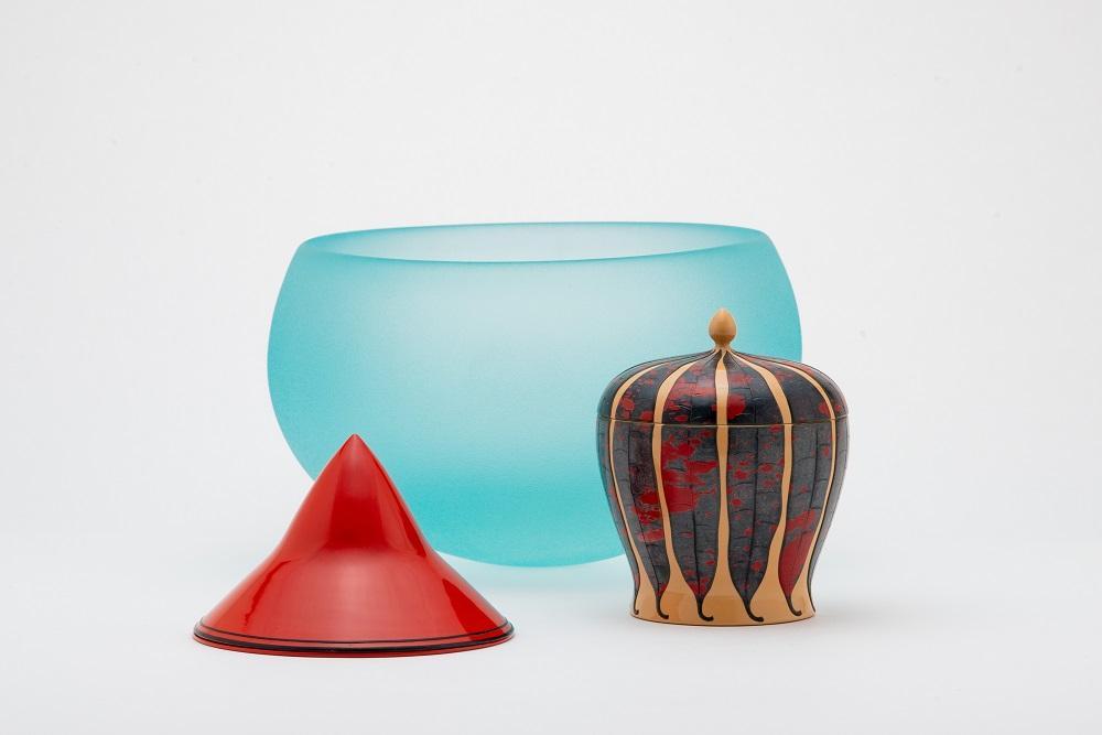 柏崎栄助デザイン「朱漆香水入」1935年ごろ、「クロトン文色漆小物入」1934-1942年、「ガラス鉢『ゆれる器』」1970年ごろ(いずれも福岡県立美術館蔵)