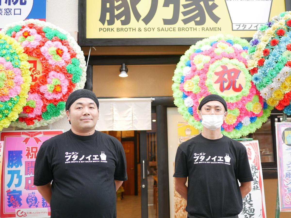 「ラーメン豚乃家」の森国彦店長(左)とスタッフ