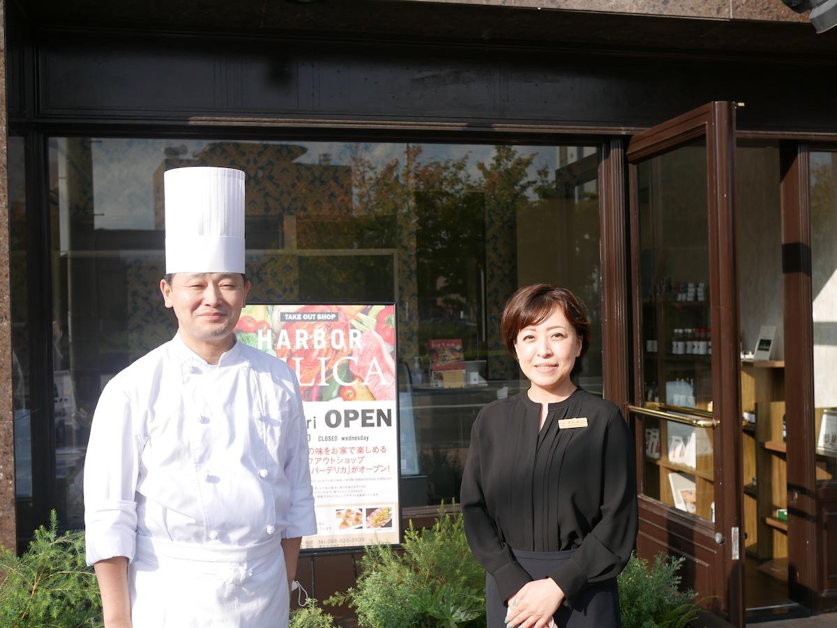 「ハーバーデリカ」を経営するザ・パシフィックハーバーの奥田智子支配人(右)と新井栄次料理長(左)
