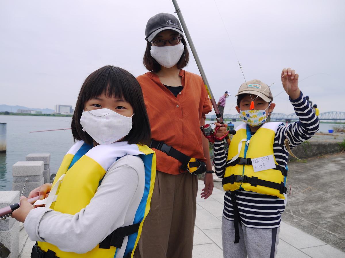 「釣り教室」に参加した坂東さん親子(左から坂東祐奈さん、智子さん、樹くん)