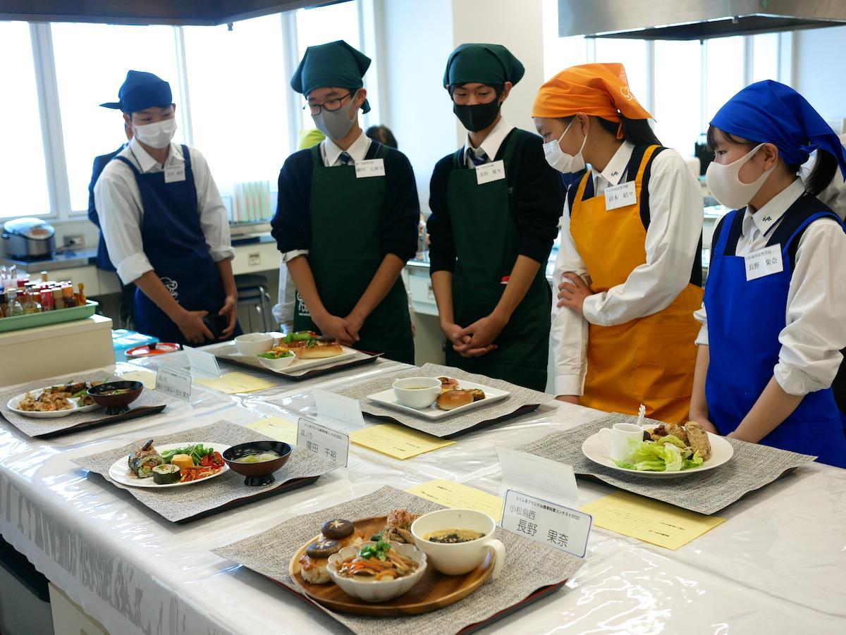 実技終了後、参加者の料理を見る高校生たち